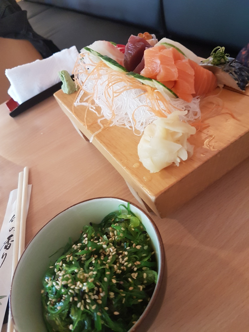 Sashimi und Algensalat