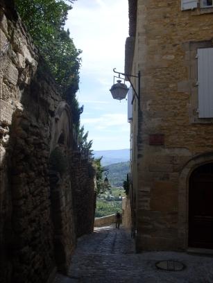 Blick aus Gasse der Schlossruine in den Luberon