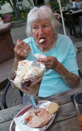 Oma beim Eis essen...da geht noch was rein!