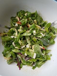 Salat mit Ziegenkäse und Apfel