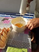 Vorsichtig das Ei mit dem Mehl verbinden