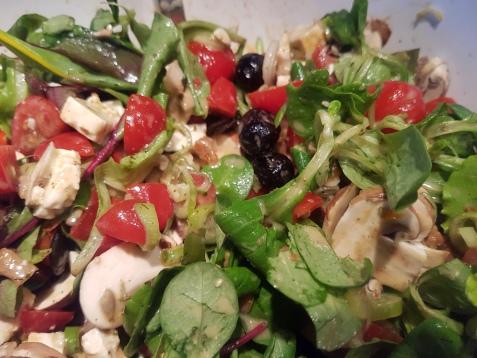 Salat mit Pilzen, Tomaten und Oliven