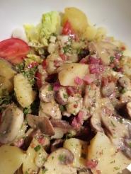 sieht nicht schön aus, schmeckt aber: Salat mit Kartoffeln und gebratenene Champignons